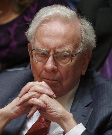 3月25日、著名投資家として知られるウォーレン・バフェット氏傘下のハインツとクラフトフーズの合併が発表されたが、栄養学者らは、バフェット氏が保有する銘柄に「ジャンクフード」が多すぎる、と懸念している。写真は1月28日撮影(2015年 ロイター/ Jim Young )