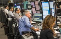Трейдинговая комната Bank of Montreal (BMO) в Торонто. 24 марта 2015 года. Европейские фондовые рынки резко снизились в начале торгов под давлением акций Лондонской фондовой биржи и технологических компаний. REUTERS/Mark Blinch
