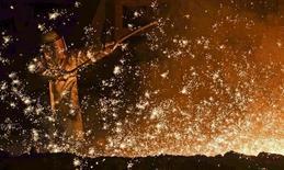 Un trabajador en el horno de la acería alemana Salzgitter AG en Salzgitter, mar 17 2015. Un panel de asesores económicos de Alemania elevó el jueves su pronóstico anual sobre el crecimiento de la economía a un 1,8 por ciento este año respecto a una estimación previa de 1,0 por ciento, citando los bajos precios del petróleo y la depreciación del euro.   REUTERS/Fabian Bimmer