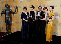 """Parte del elenco de la serie """"Downtown Abbey"""" en la entrega de premios del Sindicato de Actores en Los Angeles, ene 27 2013. El drama británico de época """"Downton Abbey"""" terminará en su sexta temporada, dijo el jueves el productor ejecutivo Gareth Neame, pero no se refirió a cómo finalizará la serie de televisión.   REUTERS/Adrees Latif"""