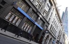 Co-operative Bank, principal groupe mutualiste britannique, veut accélérer ses cessions d'actifs dans le cadre de son plan de redressement, après avoir déjà réduit ses effectifs de 15% et ramené sa perte à 264 millions de livres (361 millions d'euros) l'an dernier. /Photo d'archives/REUTERS/Toby Melville