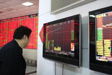 Инвестор в брокерской конторе в Шанхае. 17 марта 2015 года. Азиатские фондовые рынки завершили торги пятницы и неделю разнонаправленно под воздействием локальных факторов. REUTERS/Aly Song