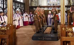 Les restes du roi Richard III d'Angleterre, retrouvés il y a trois ans sous un parc de stationnement de Leicester plus de cinq siècles après sa mort, ont été inhumés jeudi lors d'une cérémonie solennelle dans la cathédrale de cette ville du centre de l'Angleterre présidée par l'archevêque de Cantorbéry, Justin Welby /Photo prise le 26 mars 2015/REUTERS/Matt Short/Leicester Cathedral