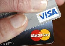 Карты Visa и MasterCard. Вашингтон, 22 февраля 2010 года. Международная платежная система Visa завершит перевод внутрироссийских операций на процессинг Национальной системы платежных карт (НСПК) в течение одного-двух месяцев, Masterсard процесс закончила, сказал журналистам глава НСПК Владимир Комлев. REUTERS/Kevin Lamarque