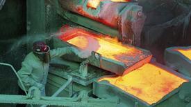 Un trabajador revisa un proceso al interior de la refinería de cobre de Codelco en Ventanas, Chile, ene 7 2015. La estatal chilena Codelco, la mayor productora mundial de cobre, reportó el viernes una caída interanual en sus beneficios del 22 por ciento en 2014, debido a menores precios del metal y pese a un leve aumento en su producción. REUTERS/Rodrigo Garrido