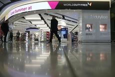 Le suisse Dufry a racheté une participation majoritaire dans l'italien World Duty Free (WDF), une transaction qui valorise ce dernier à 3,6 milliards d'euros et qui donnera naissance au numéro un mondial des boutiques d'aéroports. /Photo d'archives/REUTERS/Neil Hall