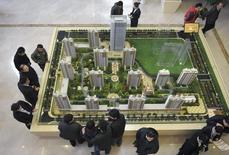 Maquette d'un projet immobilier à Rizhao, province de Shandong. La banque centrale chinoise a pris des mesures ciblées d'assouplissement des conditions d'obtention de crédit au logement dans le cadre de la politique de Pékin de lutte contre la chute des prix immobiliers qui renforce les pressions déflationnistes et menace la croissance. /Photo pris ele 18 janvier 2015/REUTERS/China Daily