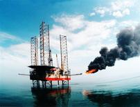 Les cours du pétrole devraient se stabiliser au second semestre de cette année, puis remonter en 2016 et 2017, à la faveur d'une augmentation de la demande mondiale favorisée par les prix plus attractifs, selon une enquête Reuters publiée lundi. /Photo d'archives/REUTERS/China Newsphoto