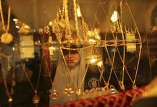Ювелирный магазин в Газе. 5 марта 2015 года. Золото подешевело в понедельник на фоне сильного доллара и роста вероятности, что ФРС США начнет постепенно повышать процентные ставки в этом году. REUTERS/Mohammed Salem