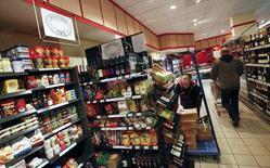 En la imagen, una empleada en un supermercado en Berlín repone las estanterías en la tienda. 13 de octubre, 2011. Los precios al consumidor de Alemania subieron en marzo por primera vez este año en la medición armonizada con otros países de la Unión Europea, pero la inflación anual en la mayor economía del bloque permaneció bastante por debajo de la meta del Banco Central Europeo, mostraron datos el lunes. REUTERS/Fabrizio Bensch