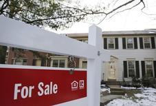 En la imagen, un cartel de una casa en venta en Oakton, en Virginia. 27 de marzo, 2014. Los contratos para comprar casas usadas en Estados Unidos subieron al mayor nivel en un año y medio en febrero, un indicio de que la tenue recuperación del mercado de las propiedades del país podría estar acelerándose. REUTERS/Larry Downing