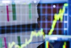 График на экране компьютера на фондовой бирже в Нью-Йорке. 11 июля 2013 года. Объемы привлеченных средств на рынках акционерного капитала были рекордными для первого квартала года, составив $231,5 миллиарда, преимущественно благодаря резкому росту привлечений от вторичных продаж, компенсировавших некоторый спад в IPO. REUTERS/Lucas Jackson