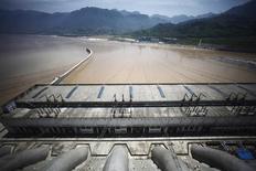 Una sección dee la represa Tres Gargantas sobre el río Yangtze en Yichang, China, ago 9 2012. China planea construir 27 proyectos de conservación del agua en 2015 y el gasto general en agua aumentaría desde los 488.000 millones de yuanes (79.000 millones de dólares) del año pasado, reportó el martes la agencia oficial de noticias Xinhua.  REUTERS/Carlos Barrria