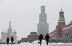 La Russie est face à un risque de récession prolongée en raison de l'impact persistant des sanctions internationales et du bas niveau des cours du pétrole, écrit la Banque mondiale dans un rapport publié mercredi. /Photo prise le 13 janvier 2015/REUTERS/Maxim Shemetov
