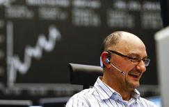 Трейдер на фондовой бирже во Франкфурте-на-Майне. 26 января 2015 года. Европейские фондовые рынки растут благодаря акциям курьерских компаний. REUTERS/Kai Pfaffenbach