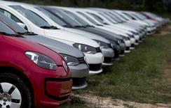 Vehículos nuevos estacionados en la planta de Volkswagen en Taubate. Imagen de archivo, 30 marzo, 2015. La producción de autos en Brasil subió un 23 por ciento y las ventas saltaron un 26 por ciento en marzo respecto a febrero, aunque se espera que la fabricación de vehículos registre un fuerte declive este año, dijo el martes la asociación nacional de automóviles. REUTERS/Roosevelt Cassio
