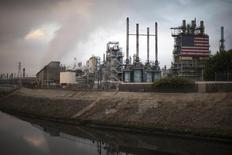 Вид на НПЗ Tesoro в Лос-Анджелесе 10 октября 2014 года. Запасы нефти в США выросли на 12,2 миллиона баррелей до 472,2 миллиона баррелей на неделе, завершившейся 3 апреля, сообщил Американский институт нефти (API). REUTERS/Lucy Nicholson