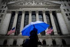 Женщина проходит мимо здания Нью-Йоркской биржи 2 февраля 2015 года. Фондовые рынки США снизились во вторник за счет повышения курса доллара. REUTERS/Brendan McDermid