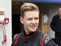 Mick Schumacher, filho do ex-piloto de Fórmula 1 Michael Schumacher, caminha após testar carro da Fórmula 4 em Oschersleben, na Alemanha. 08/04/2015 REUTERS/Fabrizio Bensch