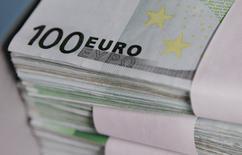 Pour sa nouvelle trajectoire des finances publiques dévoilée mercredi, le gouvernement français vise un déficit public 2015 et 2016 moins élevé qu'il ne le prévoyait auparavant et une croissance économique moins dynamique en 2016 et 2017. Le ministère des Finances ne devrait annoncer que mercredi prochain comment il compte réaliser l'effort supplémentaire de 3 à 4 milliards d'euros de redressement de ses comptes cette année demandé par la Commission européenne. /Photo d'archives/REUTERS/Thierry Roge