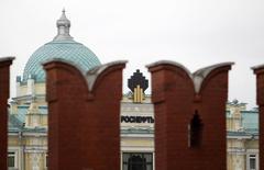 Логотип на здании Роснефти в Москве 27 мая 2013 года. Роснефть, вынужденная отложить на год бурение в Арктике из-за санкций, начала выбор нового сервисного партнера для строительства в 2016 году второй разведочной скважины в Карском море, сообщила компания. REUTERS/Sergei Karpukhin/Files