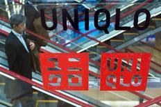 Fast Retailing, propriétaire des magasins Uniqlo, a revu jeudi à la hausse ses prévisions de bénéfice annuel après une croissance plus forte prévu de ses ventes en Chine, à Hong Kong et à Taiwan. /Photo prise le 9 avril 2015/REUTERS/Thomas Peter