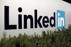 El logo de LinkedIn visto en Mountain View. Imagen de archivo, 7 febrero, 2013. El sitio de Internet para profesionales LinkedIn Corp dijo que comprará a la compañía privada de educación virtual lynda.com en un acuerdo por acciones y efectivo valorado en unos 1.500 millones de dólares. REUTERS/Robert Galbraith
