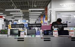 Magasin informatique à Tokyo. Les livraisons d'ordinateurs personnels ont diminué de 5,2% au premier trimestre par rapport aux trois premiers mois de 2014, à 71,7 millions d'unités, prolongeant leur tendance baissière qui dure depuis trois ans, selon des estimations préliminaires du cabinet d'études Gartner. /Photo d'archives/REUTERS/Yuya Shino