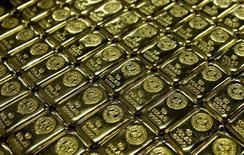 Слитки золота на аффинажном заводе Rand Refinery в Джермистоне. 30 мая 2006 года. Цены на золото растут в пятницу, но снизятся за неделю за счет укрепления доллара и ожиданий, что ФРС повысит процентные ставки в этом году. REUTERS/Siphiwe Sibeko