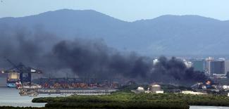 Coluna de fumaça subindo do terminal de combustíveis da Ultracargo, em Santos. 06/04/2015 REUTERS/Paulo Whitaker