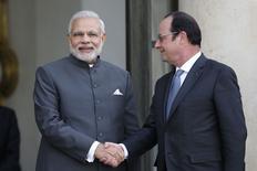 El primer ministro de India, Narendra Modi, saluda al presidente de Francia, Francois Hollande, en el Palacio del Elíseo en París, 10 abril, 2015.  El primer ministro indio, Narendra Modi, anunció el viernes que ha encargado 36 cazas de combate de la compañía francesa Rafale para modernizar la flota de su país, en un momento en que sus países vecinos están actualizando sus maquinarias militares. REUTERS/Charles Platiau