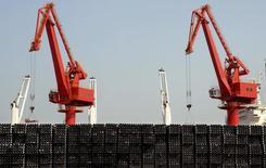 Предназначенные для экспорта стальные турбы в порту Ляньюньган 7 марта 2015 года. Экспортные продажи Китая сократились на 15 процентов в марте, а импорт падал самыми быстрыми темпами с мирового финансового кризиса, сообщило Главное таможенное управление в понедельник. REUTERS/Stringer