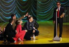Robert Downey Jr. recebendo seu prêmio durante o MTV Movie Awards, em Los Angeles.  12/04/2015   REUTERS/Mario Anzuoni
