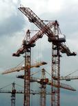 Строительные краны в Москве 25 июня 2003 года. Петербургский девелопер Эталон снизил объем новых контрактов по продаже жилья на 58 процентов до 3,8 миллиарда рублей в первом квартале 2015 года, сообщила компания во вторник. Sergei Karpukhin / Reuters