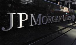 En la imagen, la parte exterior de la oficina principal de JP Morgan Chase & Co en Nueva York. 19 de septiembre, 2013. Johnson & Johnson reportó una caída de 8,6 por ciento en las ganancias del primer trimestre debido a que el impacto de un dólar fuerte en los ingresos en el exterior contrarrestó las crecientes ventas de sus medicamentos más antiguos. REUTERS/Mike Segar