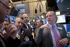 La Bourse de New York a ouvert en hausse mercredi, poursuivant son rebond de la veille à la faveur des résultats solides des grandes banques américaines. Dans les premiers échanges, le Dow Jones gagne 0,56%, à 18.137,86. Le Standard & Poor's 500 progresse de 0,51% et le Nasdaq prend 0,36%. /Photo prise le 15 avril 2015/REUTERS/Brendan McDermid