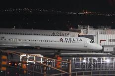 Delta Airlines, qui publie mercredi un bénéfice net trimestriel supérieur aux attentes, entend réduire au quatrième trimestre son offre de vols internationaux, lesquels pâtissent de la fermeté du dollar. /Photo prise le 19 janvier 2015/REUTERS/Stephanie Keith