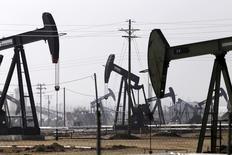 Extractores de petróleo vistos en un campo de crudo cerca de Bakersfield. Imagen de archivo, 9 noviembre, 2014.  La producción industrial en Estados Unidos anotó en marzo su mayor caída en más de dos años y medio, debido en parte a un desplome en la perforación de pozos de petróleo y gas, remarcando el impacto negativo de los precios más bajos del crudo y de la apreciación del dólar en la economía. REUTERS/Jonathan Alcorn