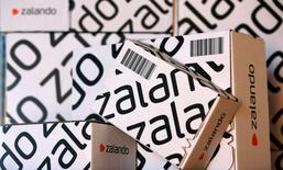 Zalando a annoncé jeudi un résultat opérationnel positif au titre du premier trimestre 2015, le premier site de vente de prêt-à-porter en Europe évoquant notamment un bon démarrage des ventes des collections printemps-été. Son bénéfice d'exploitation, ajusté des coûts des rémunérations en actions, devrait être compris entre 25 et 39 millions d'euros sur les trois premiers mois de l'année. /Photo d'archives/REUTERS/Fabrizio Bensch