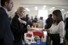 Job seekers browse tables at a veterans' job fair in Burbank, Los Angeles, California March 19, 2015.  REUTERS/Lucy Nicholson