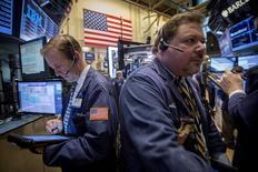 Operadores trabajan en la bolsa de Nueva York. Imagen de archivo, 6 abril, 2015.  Las acciones estadounidenses bajaban el jueves porque los resultados de empresas mostraron un escaso crecimiento orgánico, pese a que en general superaron las expectativas de ganancias. REUTERS/Brendan McDermid