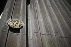 El emblema del Banco Central de Chile en la entrada de su edificio en el centro de Santiago. Imagen de archivo, 7 noviembre, 2014. El Banco Central de Chile dejó estable el jueves la Tasa de Política Monetaria (TPM) en 3,0 por ciento, como lo había anticipado el mercado, ante un moderado desempeño de la actividad económica y una inflación que se mantiene por encima de lo previsto. REUTERS/Ivan Alvarado