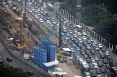 Vehicles move past the construction of the new MRT line in central Jakarta March 19, 2015 in this photo taken by Antara Foto.  REUTERS/Antara Foto/Wahyu Putro A