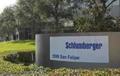 Schlumberger a annoncé jeudi un bénéfice en recul de 38,8% au premier trimestre du fait d'une baisse de ses activités de forage, notamment en Amérique du Nord. Dans ces conditions, le , n°1 un mondial des services pétroliers a décidé de supprimer 11.000 emplois supplémentaires en plus des 9.000 suppressions de postes déjà annoncées. /Photo prise le 16 janvier 2015/REUTERS/Richard Carson