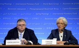 """La directrice générale du Fonds monétaire international Christine Lagarde et le gouverneur de la banque centrale du Mexique Agustin Carstens. Le FMI a mis en garde samedi contre les risques posés à l'économie mondiale par les modifications des taux de change et par les tensions géopolitiques, évoquant une croissance mondiale """"modérée"""" assortie de """"perspectives inégales"""". /Photo prise le 18 avril 2015/REUTERS/Mike Theiler"""