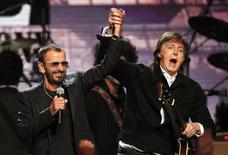 El exbatería de los Beatles Ringo Starr fue incluido el sábado en el Salón de la Fama del Rock and Roll como solista, siendo el último de los cuatro compañeros de banda que lo logra. En la imagen, Starr junto a su excompañero de grupo Paul McCartney durante la ceremonia del Salón de la Fama en 2015, el 18 de abril. REUTERS/Aaron Josefczyk
