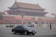 Place Tiananmen à Pékin. Les ventes de voitures allemandes en Chine ne devraient progresser que de 6% cette année après une croissance de 12,7% en 2014, /Photo d'archives/REUTERS/Soo Hoo Zheyang