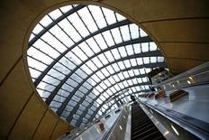 Station de métro du quartier des affaires de Canary Wharf à Londres. Les sociétés européennes cotées se préparent à leur meilleure saison de résultats en quatre ans et devraient afficher des comptes bien meilleurs que ceux des entreprises américaines, grâce à la faiblesse de l'euro et à l'amélioration de la conjoncture économique. /Photo d'archives/REUTERS/Eddie Keogh