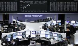Les Bourses européennes restent orientées en hausse lundi à mi-séance, après l'annonce de nouvelles mesures de soutien à l'économie chinoise et d'une opération de fusions/acquisitions dans les télécoms.  L'indice CAC 40 gagnait 0,36% vers 10h30 GMT, le Dax avançait de 1,36% et le FTSE de 0,67%. /Photo prise le 20 avril 2015/REUTERS/Remote