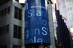 En la imagen, el logo corporativo de Morgan Stanley en el edificio principal de la compañía en Nueva York. 20 de enero, 2015. Las ganancias del banco de inversión estadounidense Morgan Stanley crecieron más de lo esperado en el primer trimestre, impulsadas por mayores ingresos por el negocio de intermediación de bonos y acciones, reportó el lunes el banco. REUTERS/Mike Segar/Files
